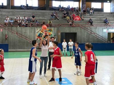 L'assessore regionale allo Sport Martina Cambiaghi lancia la palla a due nella finale del Torneo Luca